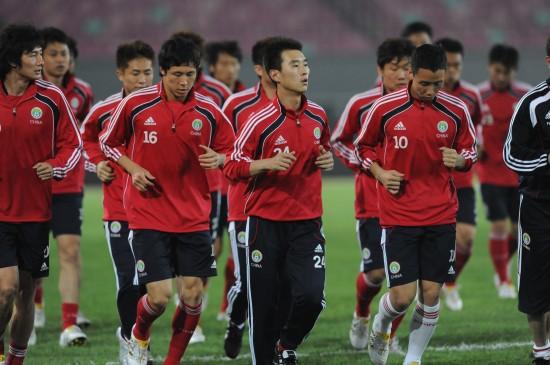 图文-国足训练准备迎战勒沃库森 队员慢跑热身