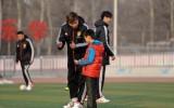 郜林指导小球员训练