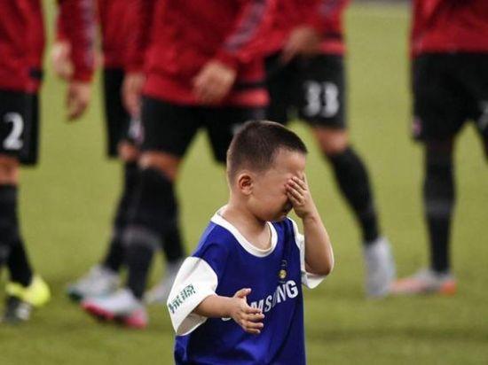 小球迷与皇马球星合影后掩面泪奔