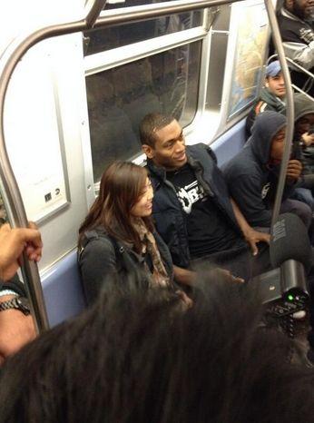 慈世平在地铁上和粉丝热情合影