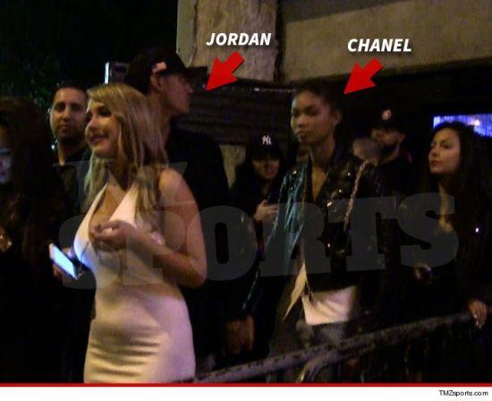 日前,球场得意的克拉克森场外也很舒畅,记者拍到他在夜店与名模牵手.