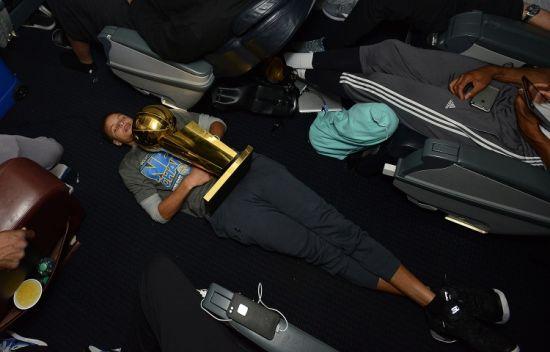 当家球星竟睡过道……