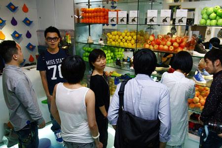 图文-JUICE_stand期限店开店盛况工作人员为大家介绍