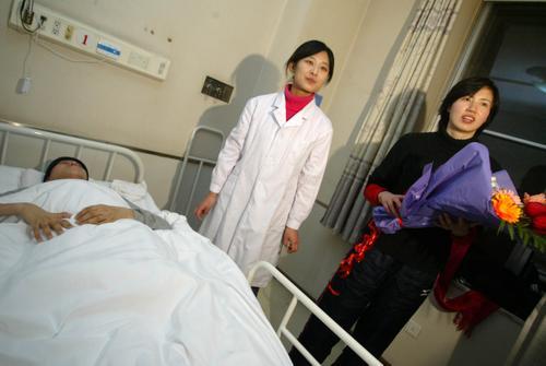 汤淼抵达北京治疗意识清醒能开口周苏红相伴(图)