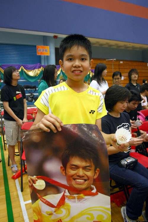 羽球冠军香港表演好礼相送 粉丝决心珍藏林丹羽球
