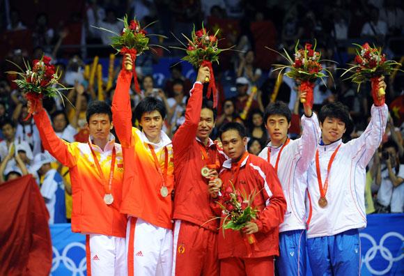 资料图片-北京奥运会羽毛球男双前三名合影