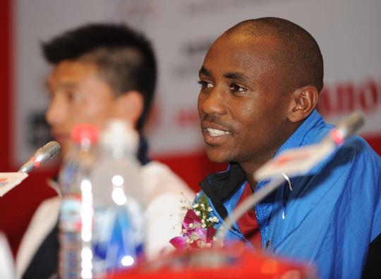 北京马拉松卫冕冠军亮相男一号是奥运王者训练搭档