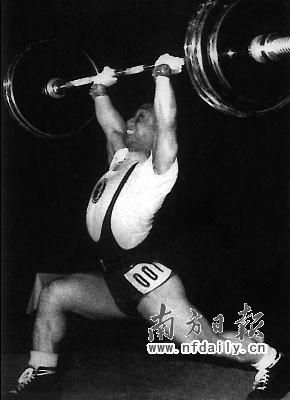 陈镜开打破56公斤级挺举世界纪录时的雄姿。