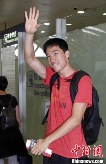 """7月11日,""""中国飞人""""刘翔从上海出发飞赴伦敦,参加钻石联赛伦敦站的比赛,并在那里为即将开始的奥运会做最后的备战。中新社发 汤彦俊 摄"""