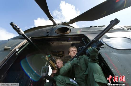 资料图:伦敦奥运安保升级,英国皇家空军狙击手待命。