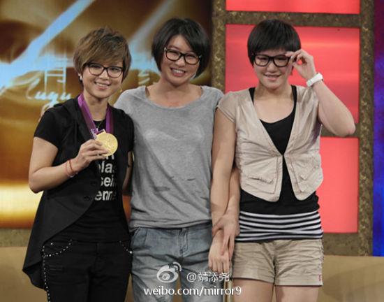 """周笔畅叶诗文焦刘洋合影同戴黑框眼镜被称""""机器猫三人组"""""""