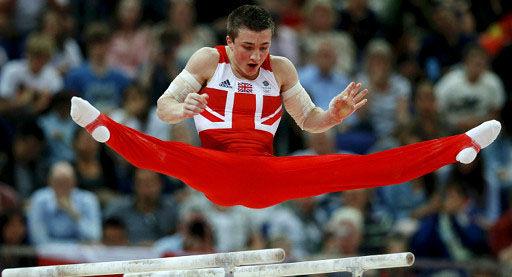 奥尔德姆和他的队友为英国赢得100年来首个奥运男子体操团体赛的奖牌(BBC)。