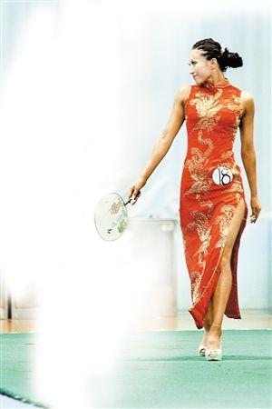 有肌肉的健美小姐,穿上旗袍也别有一番风味。深圳晚报记者黎晓斌摄