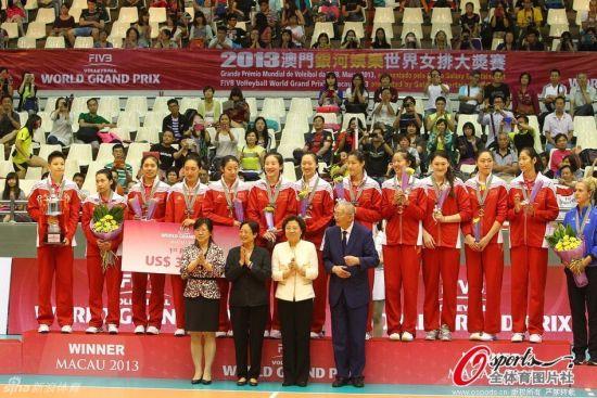 中国女排澳门站捧杯