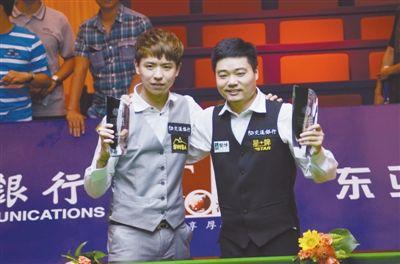 上海大师赛决赛成中国德比丁俊晖(右)与肖国栋分获冠亚军