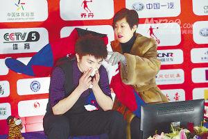 贾曙光(右)与闫涵在第十二届冬运会比赛现场。