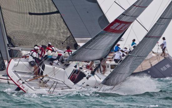新浪体育讯 2013年第七届中国杯帆船赛已经在深圳大亚湾落下帷幕,来自35个国家和地区的100支船队劈波斩浪,完成了4天艰难的比赛。对于从未缺席过任何一届中国杯的雅图号而言,成绩并不是最重要的,重要的是通过一次次的比赛和历练,使这个团队和企业的凝聚力越来越强。   据悉,雅图号是深圳雅图数字视频技术有限公司董事长谢敬亲自挂帅,带头组建的一支由公司内部员工构成的本土船队,从2004年开始接触帆船,到组建船队参加每年国内外各项帆船比赛,对谢敬而言,这一切都来源于对帆船的热爱,更来源于他的企业与帆船运