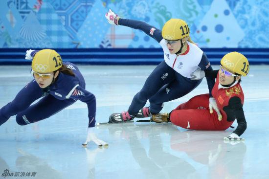 克里斯蒂(中)和李坚柔(右)都摔了