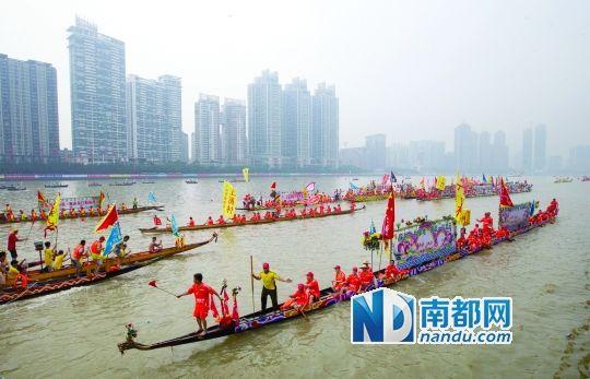 2014年广州国际龙舟邀请赛在中山大学北门广场(中大码头)至广州大桥之间的珠江河段举行,彩龙在江面游弋。南都记者 谭庆驹 摄