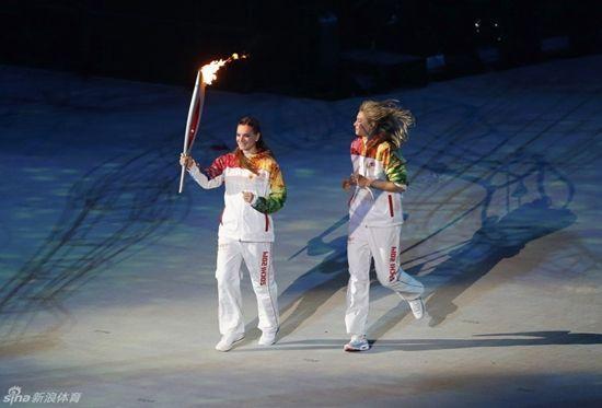 伊辛巴耶娃(左)与莎拉波娃在2月的索契冬奥会开幕式上传递火炬