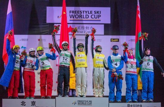 2014年12月21日国际雪联自由式滑雪空中技巧世界杯鸟巢团体赛中,中国队获得冠军,俄罗斯队亚军,白俄罗斯队获得团体第三名。图为颁奖仪式。
