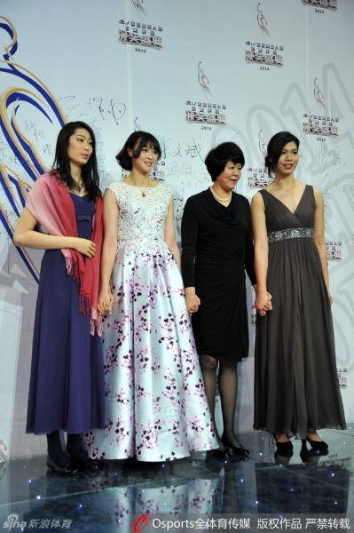 从左至右:朱婷、惠若琪、郎平、徐云丽