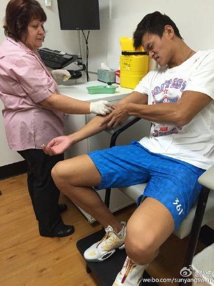 孙杨被抽血时的痛苦表情