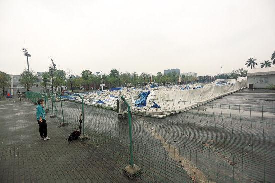 奥体中心羽毛球馆在大雨中倒塌