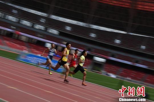 运动员在400米的比赛中。 武俊杰 摄