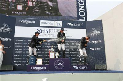 赛后,中巡赛上海站冠、亚、季军开香槟庆祝。
