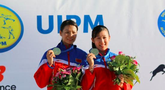 陈倩(右)梁婉霞展示金牌