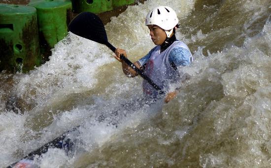 图文-全国皮划艇激流回旋秋季冠军赛李晶晶激流勇进