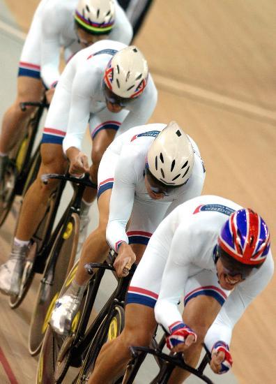 图文-自行车世界杯精彩赛况男子团体追逐赛一字排开