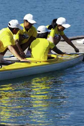图文-奥运舵手总决赛第二集王辰将艇靠在岸边