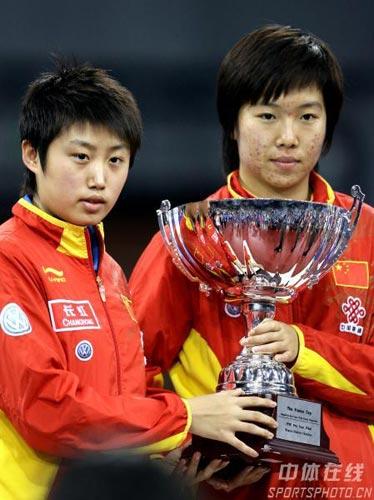 图文-国际乒联总决赛女双颁奖李晓霞成为双冠王