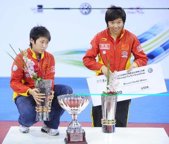 图文-国际乒联总决赛女单颁奖郭跃李晓霞笑纳奖金