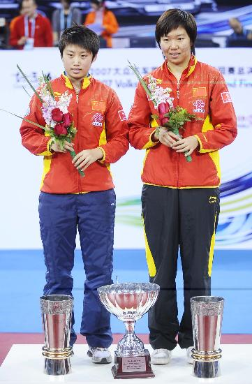 图文-国际乒联总决赛女双颁奖李晓霞郭跃手捧鲜花