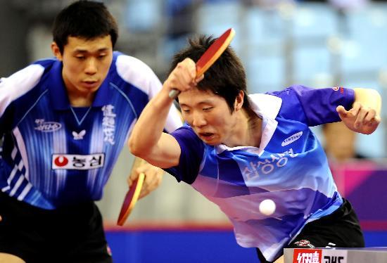 图文-乒球测试赛韩国男队获亚军李镇权全力救球