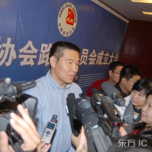 图文-王大卫当选田径协会路跑委主任媒体争先采访