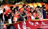 图文-2008厦门国际马拉松战报拉拉队为运动员助威