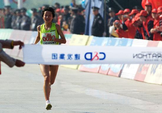 图文-中国包揽厦门马拉松赛女子奖牌张莹莹冲刺