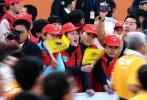 图文-万名志愿者服务厦门马拉松努力呐喊助威