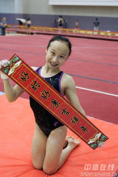 图文-中国体操队向全国人民拜年肖莎摆POSE