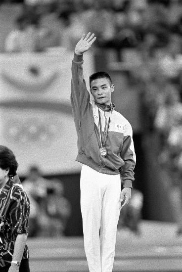 图文-中国历届夏季奥运会金牌得主 李小双挥手致意