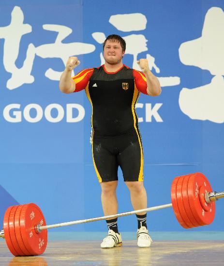 图文-举重国际邀请赛赛况 马蒂亚斯获胜抿嘴而笑