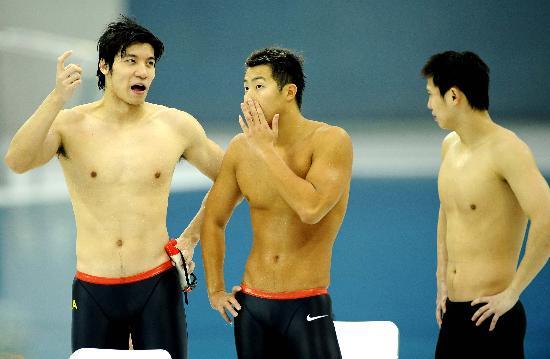 图文-中国游泳公开赛2日赛况 中国队选手庆祝胜利