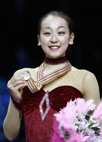 图文-花滑世锦赛浅田真央女单夺冠真央展示金牌