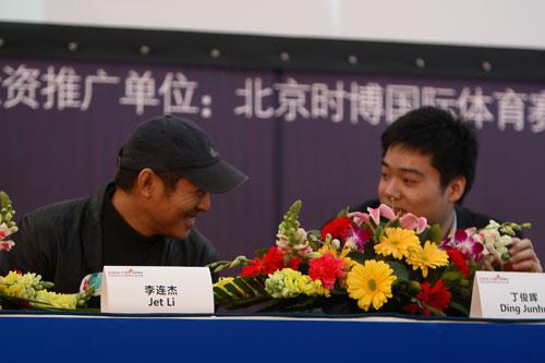 图文-斯诺克中国赛新闻发布会李连杰与丁俊晖交谈