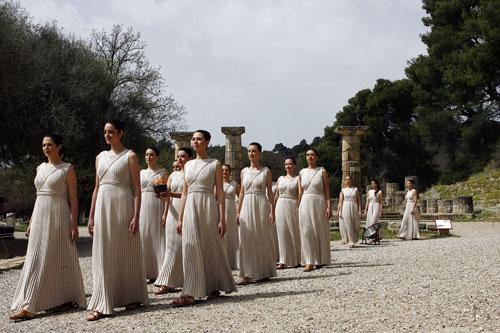 图文-奥运圣火在奥林匹亚点燃 圣洁女祭司缓缓走出