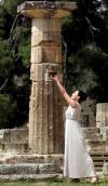 图文-奥运圣火在奥林匹亚点燃 女祭司捧火种祈福